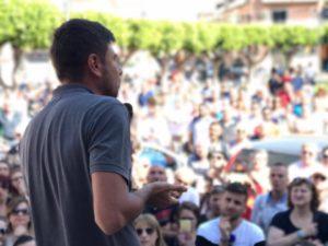 Alessandro Di Battista parla in Piazza Indipendenza.