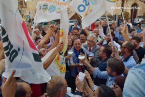 Nino Naso festeggia la vittoria a primo turno (Foto Antonino Carobene)