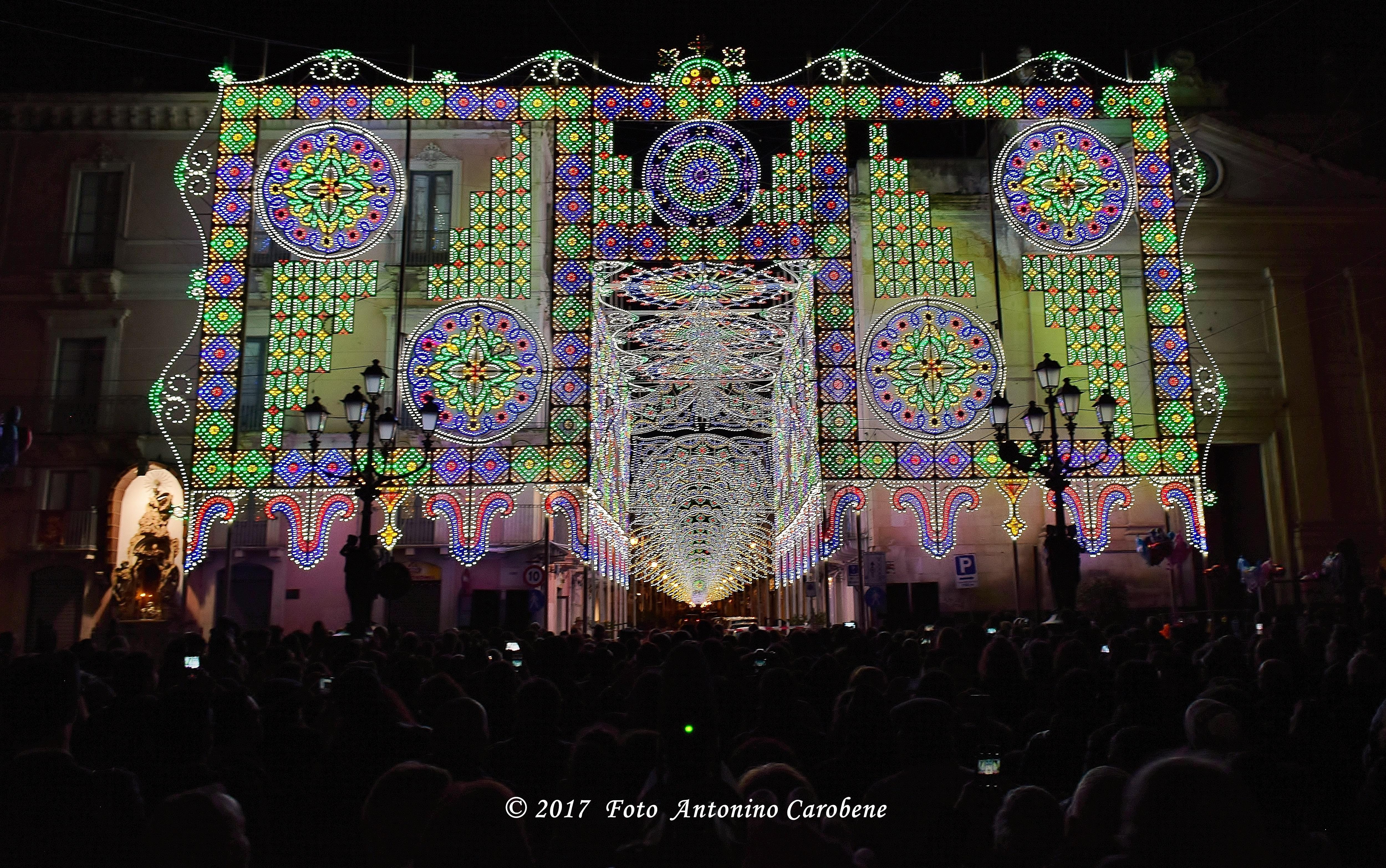 Un fermo immagine dell'accensione delle nuove e imponenti luminarie in Piazza Indipendenza a Paternò allestite in occasione dei festeggiamenti in onore di Santa Barbara, Patrona di Paternò. (Foto: Antonino Carobene)