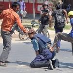 L'Italia di nessuno: poliziotti picchiati da 15 extracomunitari