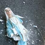 A Perugia gruppo di stranieri urina sulla statua della Madonna