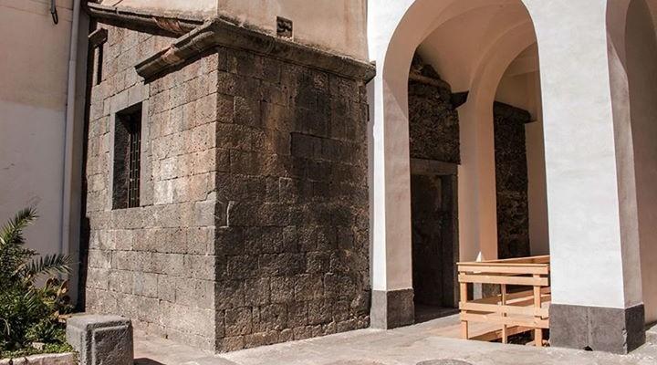 I risultati del progetto di recupero e valorizzazione della monumentale tomba romana del Carmine eseguito dall'Accademia di Belle Arti di Catania. Video proiezioni di ricostruzioni 3D e video mapping, sfilata di abiti femminili ispirati a Sant'Agata a cura della prof.ssa Liliana Nigro.