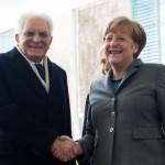 """Feltri: """"Anche Mattarella dalla Merkel a baciarle le pantofole"""""""