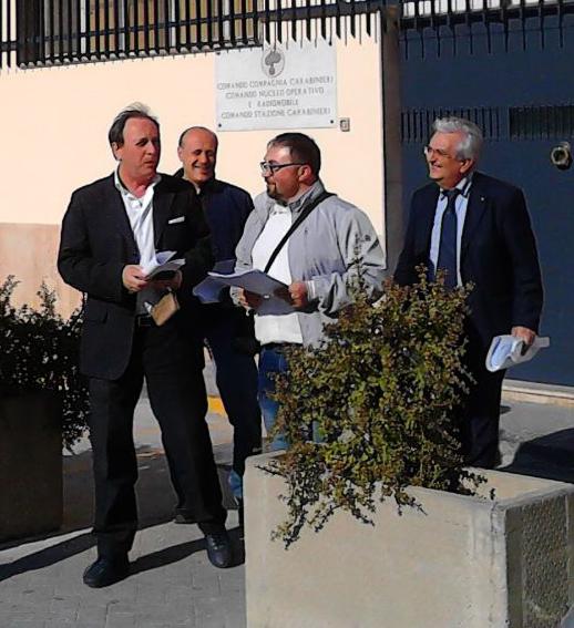 Nino Naso fuori dalla Caserma dei Carabinieri, insieme ai cofirmatari della proposta di delibera popolare sull'addizionale Irpef Aldo Motta e Vito Brullo.