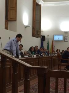 Il consigliere del Pd Ezio Messina durante la dichiarazione in cui si esprime contro l'amministrazione di Mauro Mangano, dicendo anche che voterà per l'abbassamento dell'addizionale Irpef