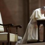 Mentre tutto cade papa Francesco invita a rialzarsi