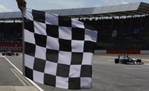 29264-la-bandiera-a-scacchi-che-segna-la-fine-del-gp-di-silverston