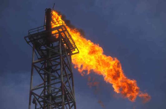 Oil-olio-fuoco-industria-petrolifera-Fiamma-Inquinamento-impianto-di-perforazione-pozzo-di-petrolio
