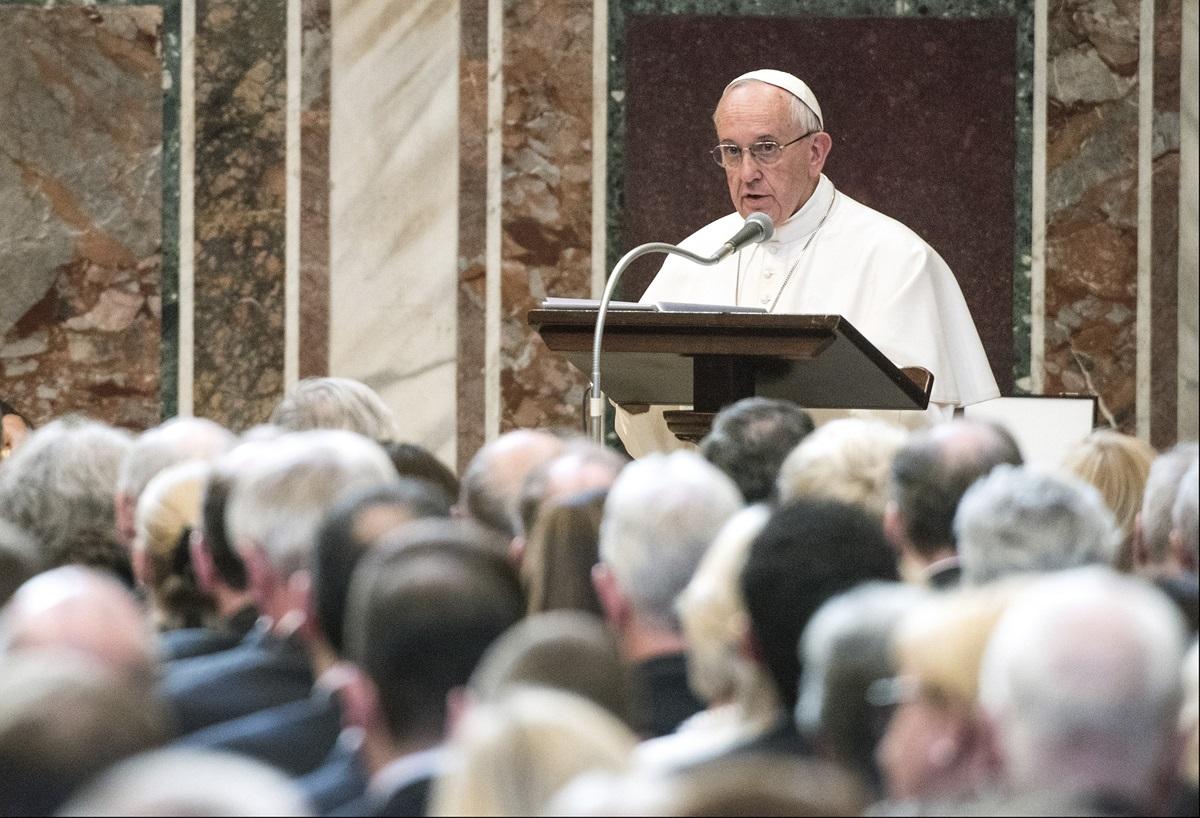 Papa Francesco pronuncia il discorso in Vaticano in occasione della consegna del Premio Carlo Magno