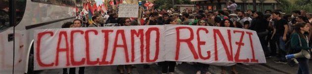 Lo striscione principale del grande corteo di protesta che ha sfilato a Catania ieri durante l'intervento di Matteo Renzi a Villa Bellini in occasione della chiusura della Festa de l'Unità-Pd