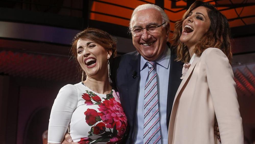 Pippo Baudo stringe le sue partner, l'attrice Chiara Francini e la show girl Manuela Zero.