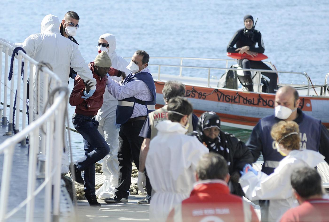 Arrivo al porto di Palermo di migranti salvati da Guardia costiera