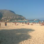In Sicilia caldo record. Spiaggia affollata a Mondello