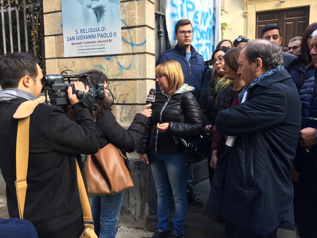 Durante la manifestazione pacifica di solidarietà tenutasi ieri. In questa immagine la giornalista Mary Sottile intervista una rappresentante dei lavoratori. Presenti alcuni cittadini solidali tra cui Nino Naso