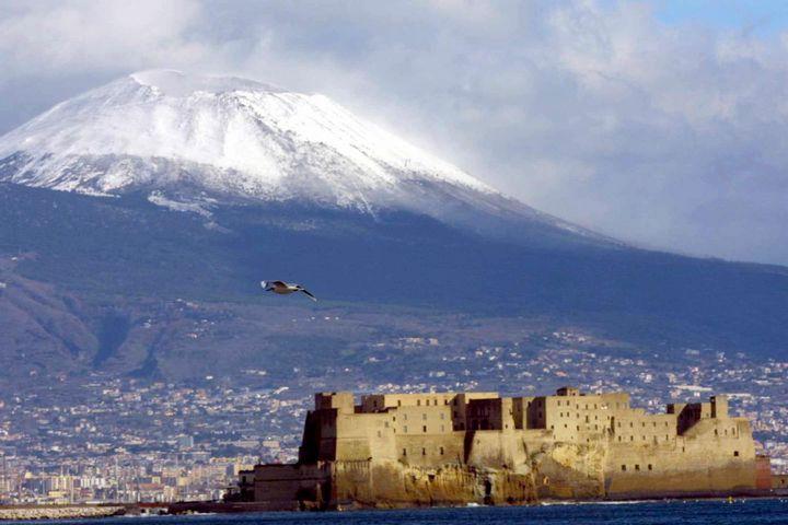 Il Vesuvio imbiancato dalla neve (Foto Cesare Abbate)