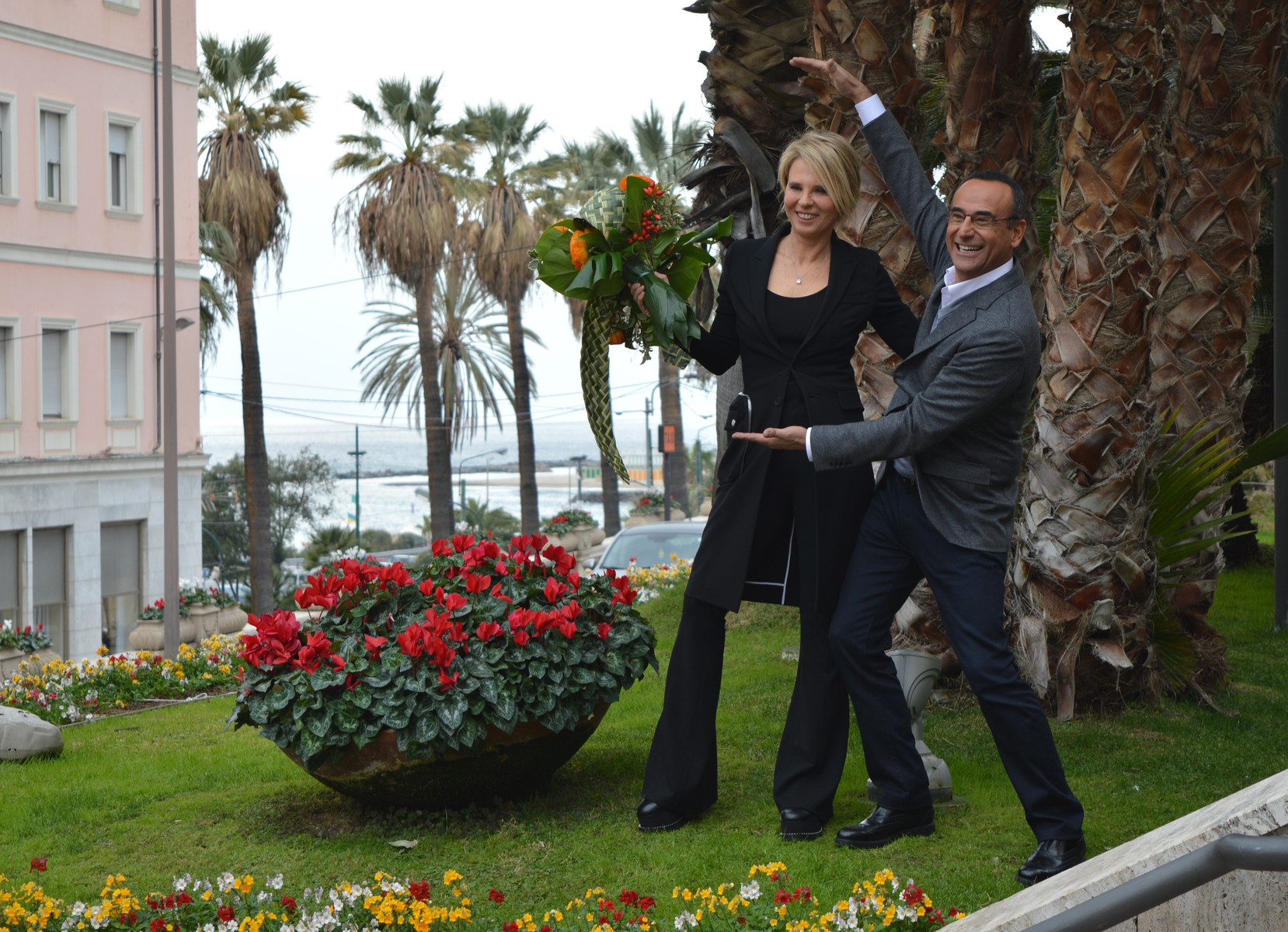 Maria De Filippi scherza con Carlo Conti durante la conferenza stampa prima dell'inizio del Festival di Sanremo.