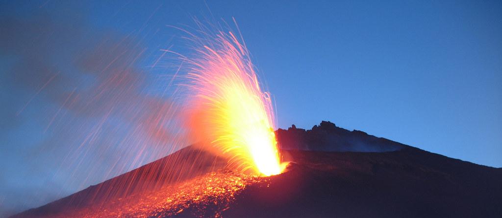 Il vulcano Etna in eruzione