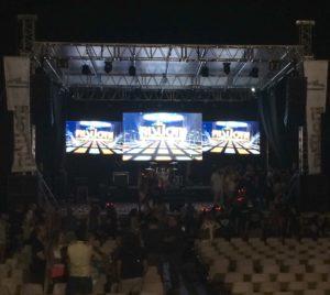 """Il palco di """"Risuoni 2017"""" prima dell'inizio della finalissima di domenica 23 luglio 2017."""