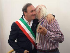 """Il sindaco di Paternò Nino Naso abbraccia il prof. Enzo Indaco un attimo prima di conferirgli la """"cittadinanza benemerita""""."""