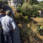 Paternò, sopralluogo del sindaco in via Romiti dove la strada è a metà