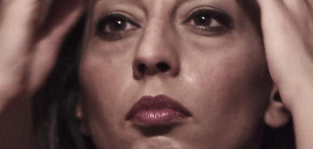 """Eleonora Bordonaro in un fermo immagine del videoclip di """"Cuttuni e lamé"""", brano che fa da colonna sonora all'intero lavoro discografico e da cui è tratto anche il titolo dell'intero album."""