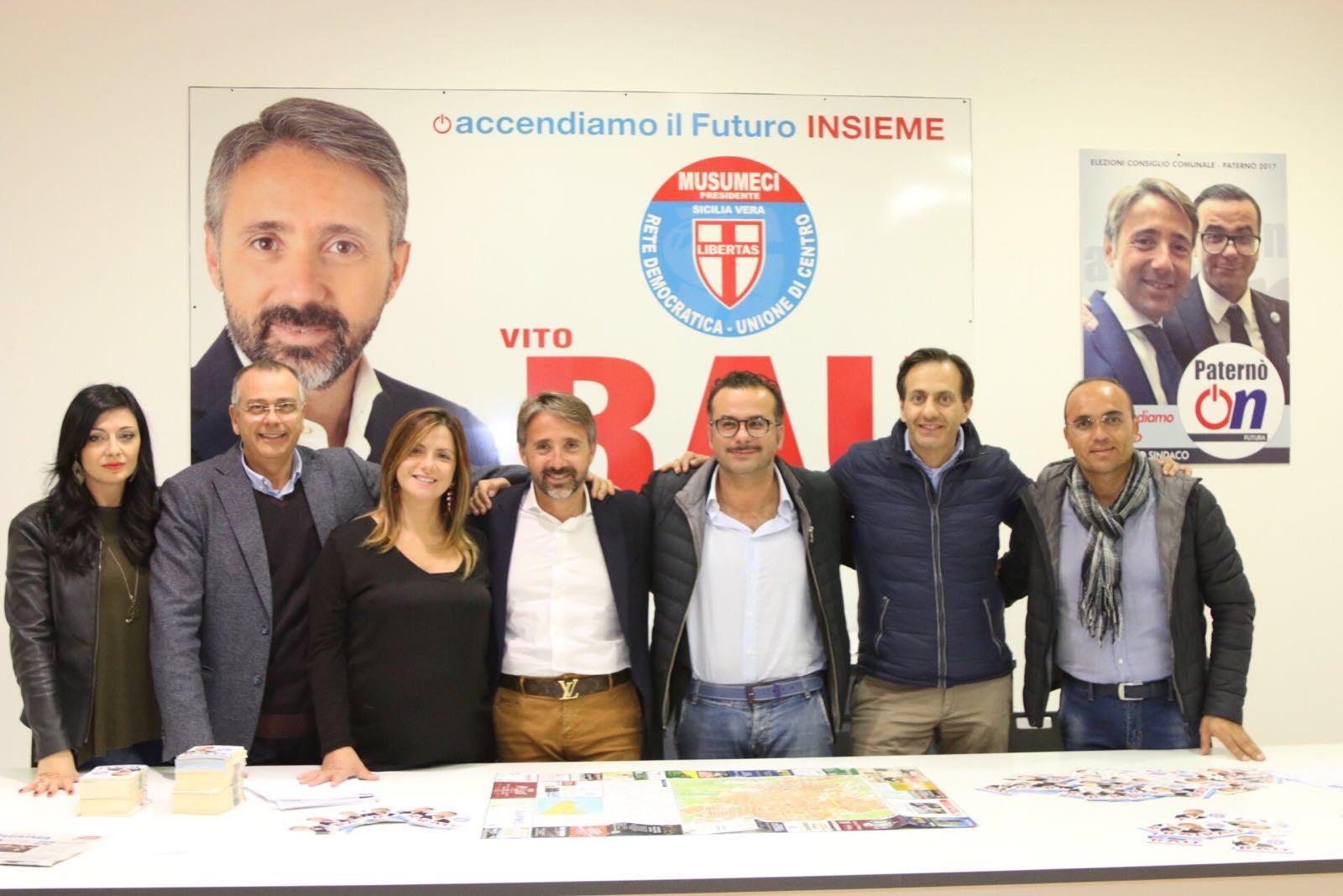 Vito Rau insieme alla squadra di Paternò On. Da sinistra: Rosanna Lauria, Tonino Cunsolo, Agata Marzola, Vito Rau, Ignazio Mannino, Roberto Faranda e Alfredo Sciacca.