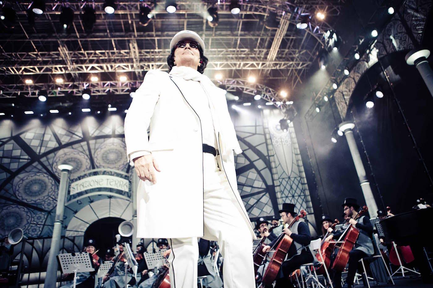 """Renato Zero durante """"Zerovskij - Solo per amore"""" all'Arena di Verona."""