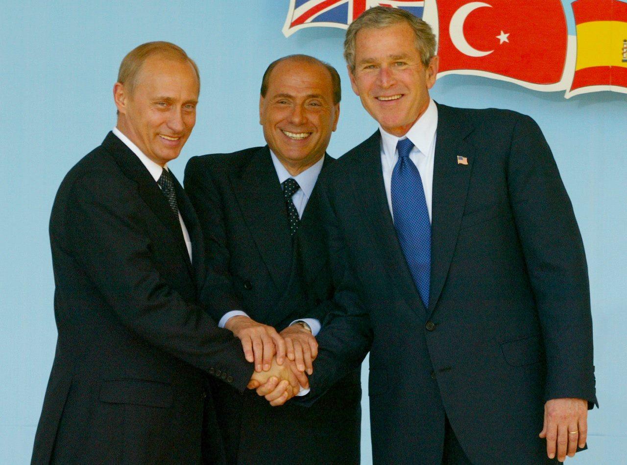 SIlvio Berlusconi unisce le mani dell'allora presidente Usa George Bush e del presidente della Federazione Russa Vladimir Putin a Pratica di Mare nel 2002. E' l'immagine simbolo della fine della Guerra Fredda.