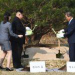 Storico incontro fra le due Coree. Stretta di mano tra Moon e Kim