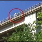 Francavilla, lancia bimba da ponte A14 e minaccia il suicidio