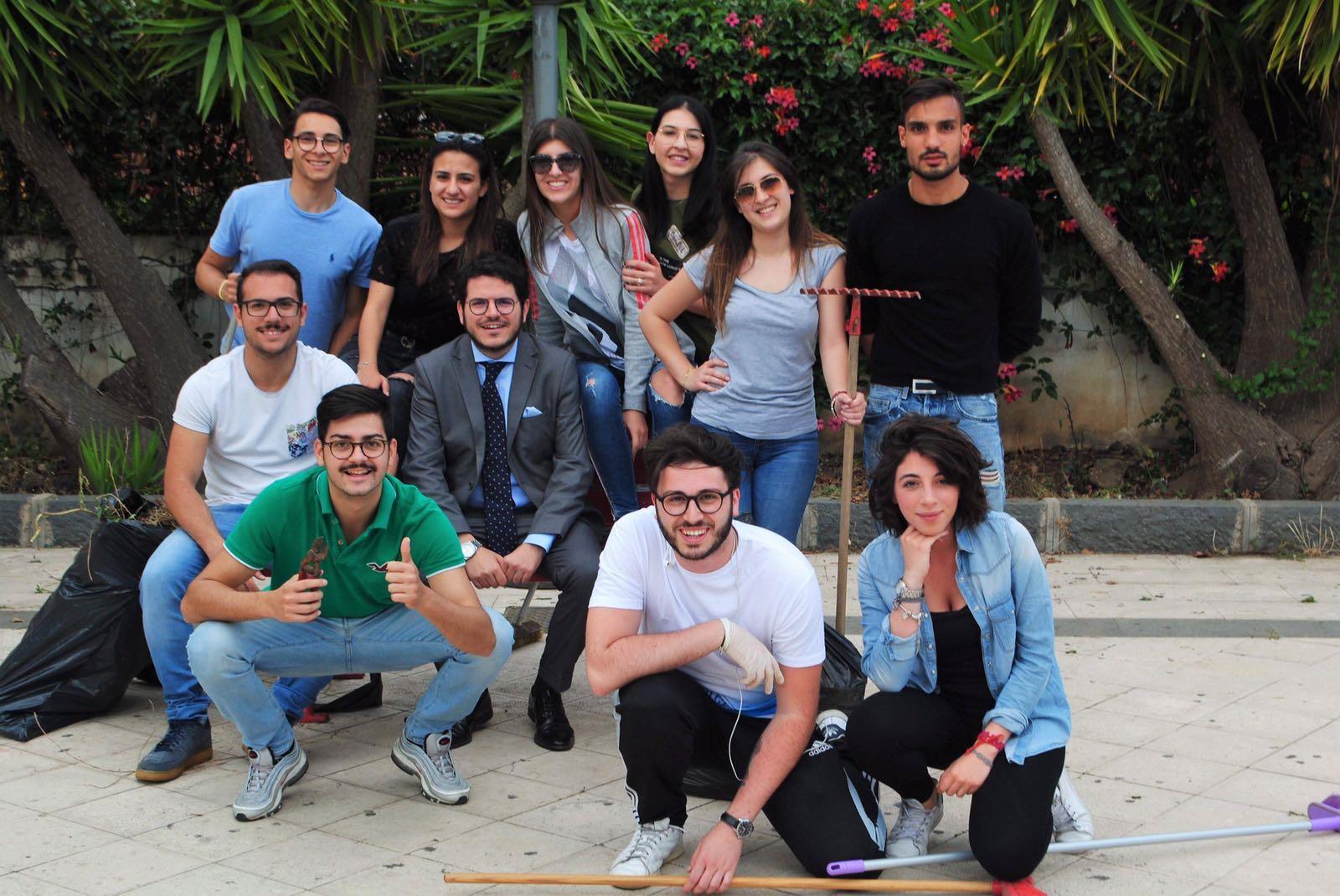 """Un momento dell'iniziativa di oggi nell'ambito di Green Week. Al centro il deputato regionale Gaetano Galvagno insieme ai giovani di """"We Love UniCt""""."""