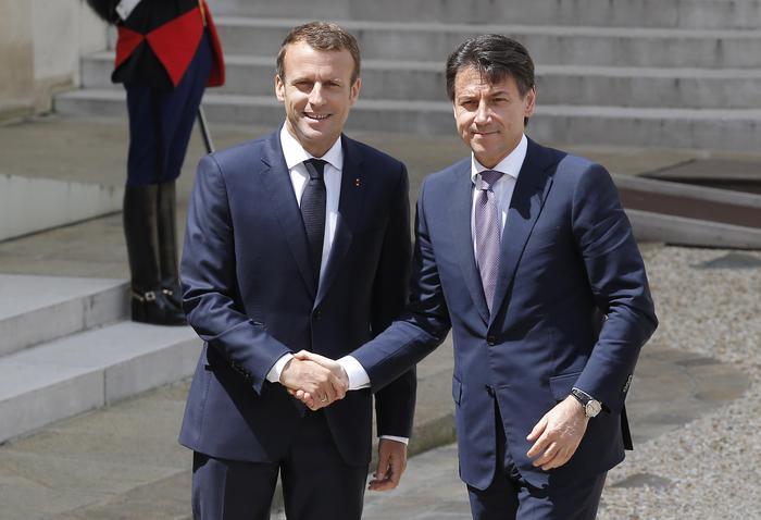 Il presidente francese Macron insieme al presidente del Consiglio italiano Conte.