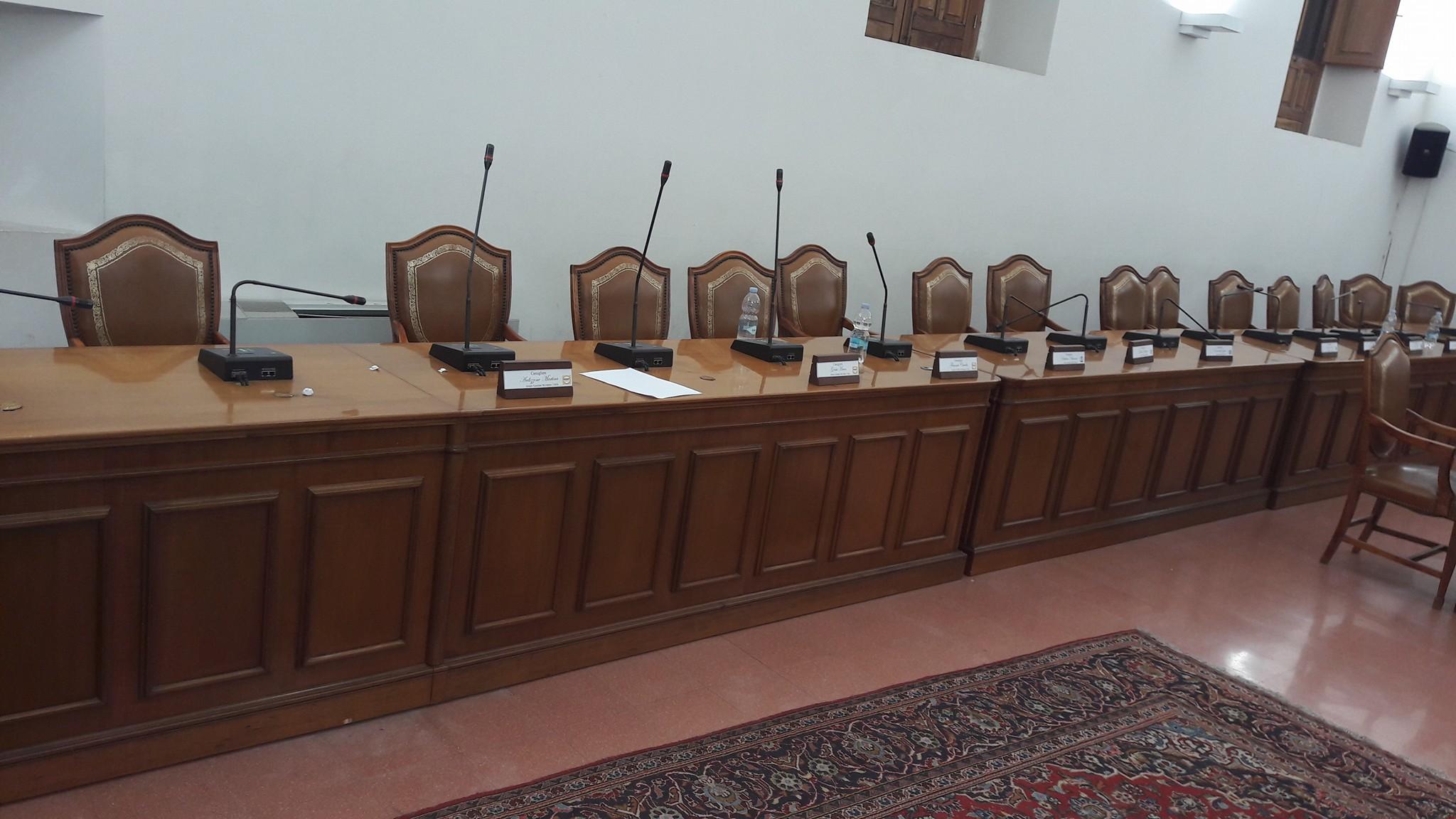 Aula Consiliare a Paternò, i banchi dell'opposizione.