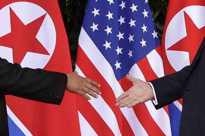 La storica stretta di mano tra Kim Jong-un e Donald Trump.