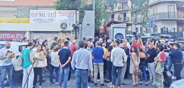 Un'immagine pochi minuti prima del taglio del nastro inaugurale del nuovo circolo di Fratelli d'Italia a Paternò.