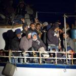Svuotato il barcone, migranti a bordo navi Gdf e Frontex