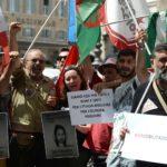 """""""Tutti in piazza per i rom"""". Ma si presentano solo i giornalisti (e Vauro)"""