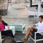 Salvini in versione mare fa l'intervista in costume