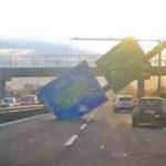 Forte vento, cade cartello su carreggiata in autostrada