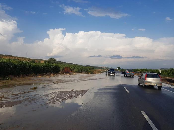 Maltempo: bomba d'acqua nel catanese, detriti su auto