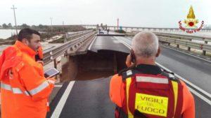 Maltempo: crolla ponte sulla 195, statale tagliata in due
