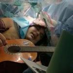 Suona la chitarra mentre viene operato al cervello