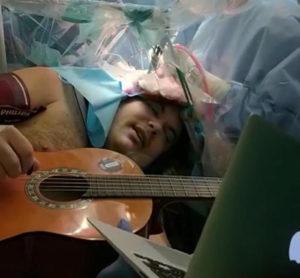 Musicista suona mentre viene operato al cervello