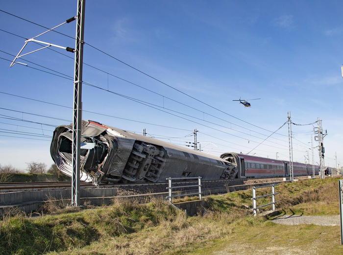 Il treno deragliato.