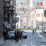 Il Papa esce a piedi e prega in due chiese di Roma
