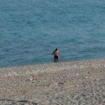 Prende il sole e fa bagno, multa di 400 euro