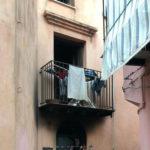 Si arrampica sul balcone e salva 4 bambini da incendio