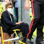Salvini in Tribunale. L'avvocato Bongiorno esce in sedia a rotelle