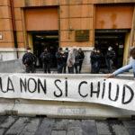 """A Napoli la protesta delle mamme: """"Il giorno più buio per la scuola"""""""