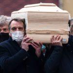L'ultimo saluto a Paolo Rossi, i ragazzi dell'82 portano feretro nel Duomo